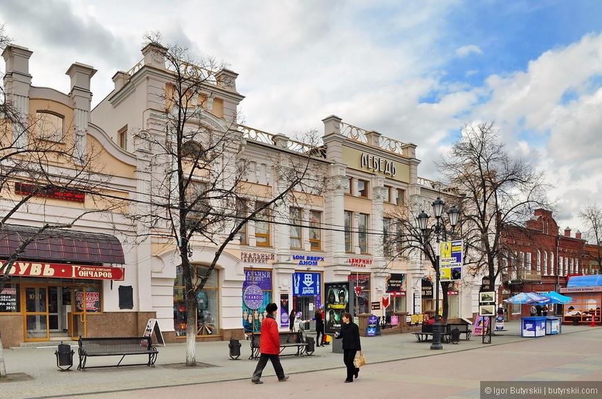 12. Улица заполнена магазинами, ресторанами, кафе и прочим развлекательным.