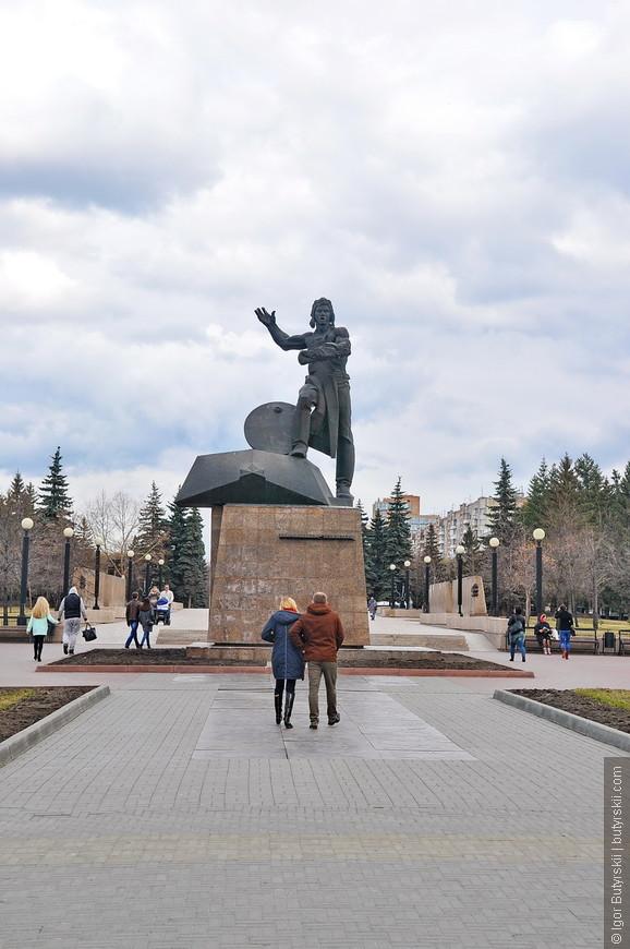 13. Челябинск еще называют Танкоград, поэтому встретить памятник танкисту – это нормально.