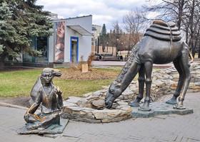 14. А это отсылка к истории Шелкового пути, одна из ветвей которого проходила через город. Верблюд также является символом Челябинской области.
