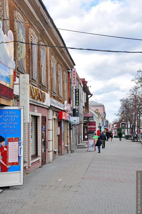 18. Рекламы многовато, она немного мешает, но улица широкая и можно спокойно прогуливаться по центральной ее части.