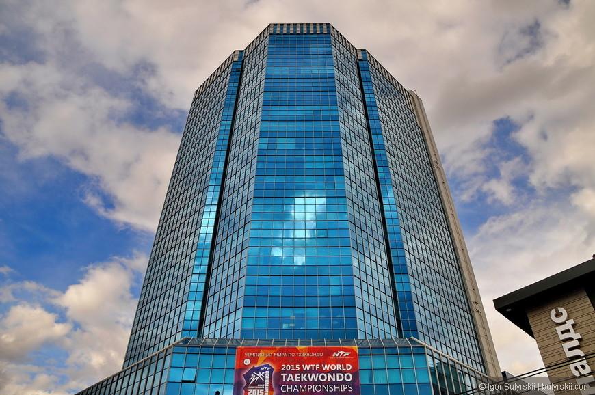 19. Челябинск-Сити, офисное здание всего в 24 этажа, зато высотой в 111 метров (со шпилем).