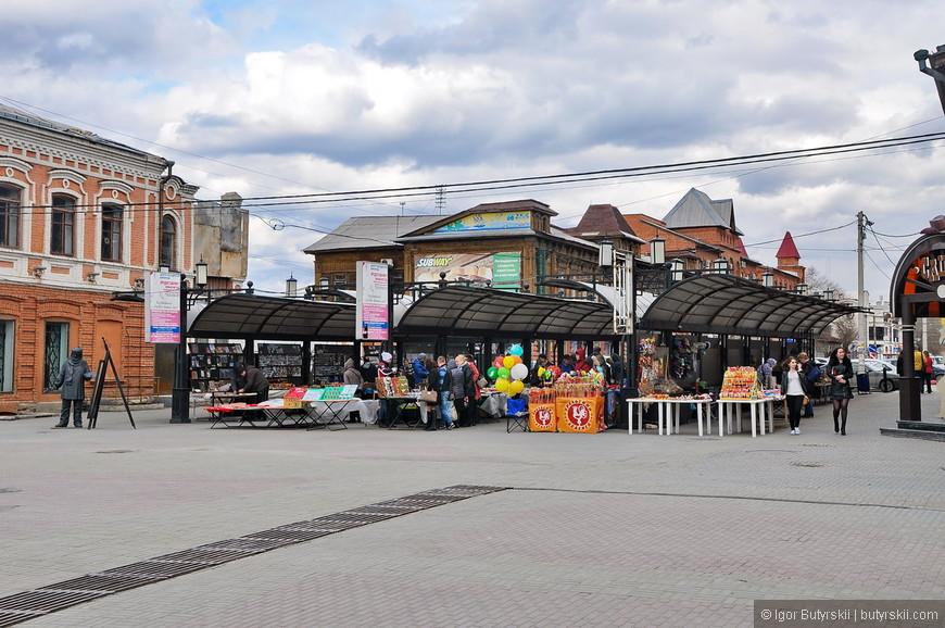 25. Посредине улицы установлены торговые ряды, на них можно купить книги, а также сувенирную продукцию Южного Урала.