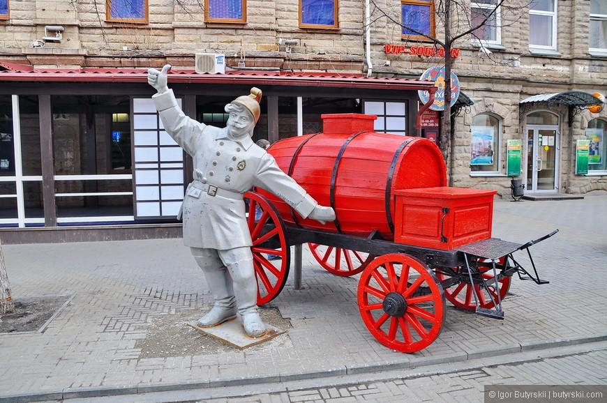 35. С пожарником, тоже как-то случилось неприятное происшествие. Турист облокотился на скульптуру и повалил ее повредив внешний вид.