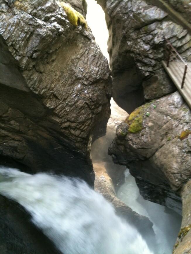 Водопад, пробивший себе дорогу в скалах (экскурсия по Бернскому высокогорью)