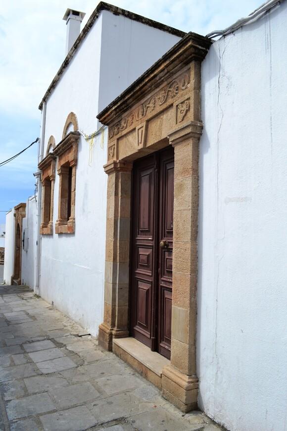 Кажется, что двери - это декорации.