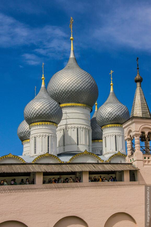 купола Успенского собора на фоне галереи