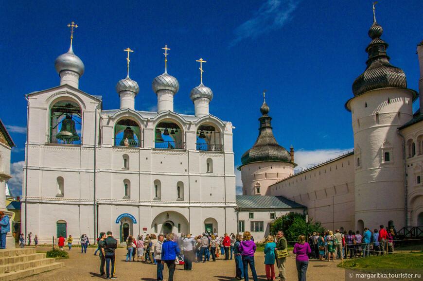 внутренний двор Ростовского кремля: Звонница и Судный приказ