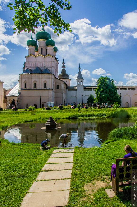 одна из надвратных церквей  - Церковь Иоанна Богослова