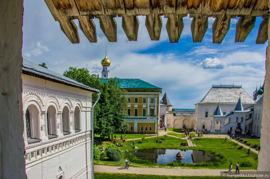 справа часть ерковь Воскресения, Самуилов корпус и Красная палата