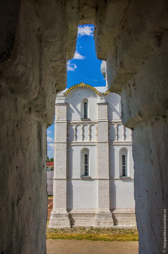 вид через бойницу на часть Успенского собора