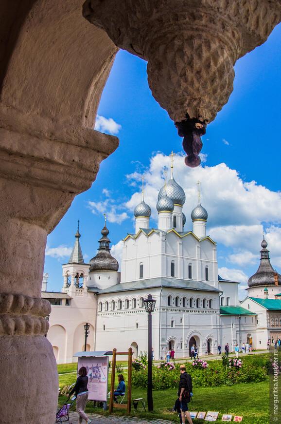 Церковь Воскресения - одно из первых культовых сооружений в Ростове при Ионе Сысоевиче (построена в 1670 году).