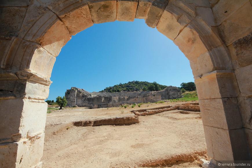 идем к самому большому зданию где сохранились руины театра