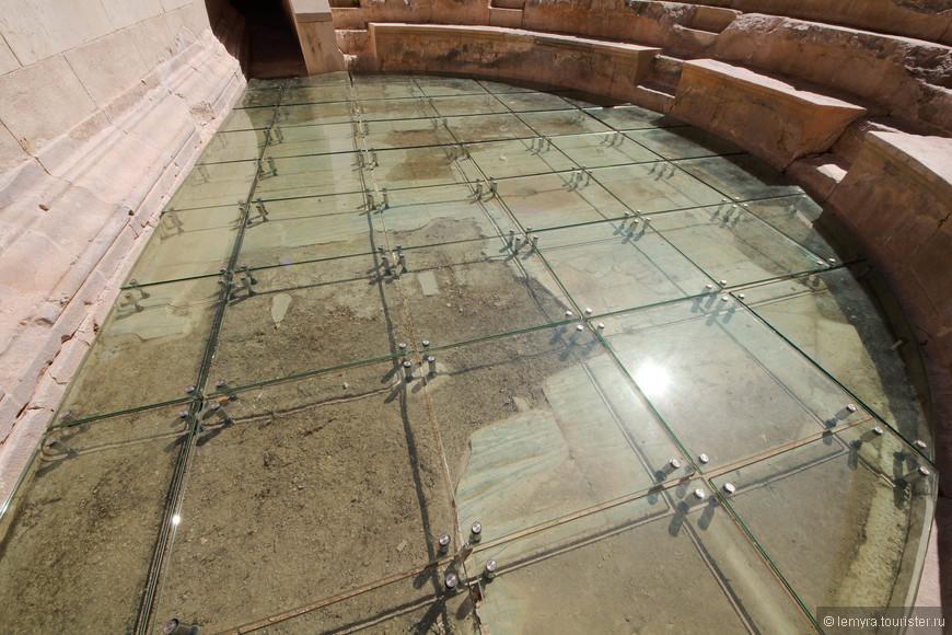 новый стеклянный пол, немного необычно было по нему пройтись)