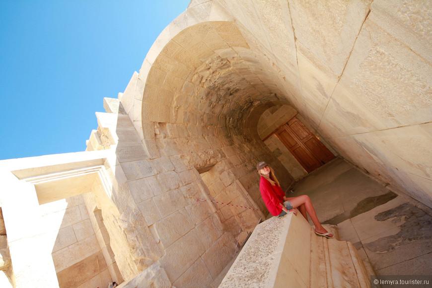 прошлись по коридорам, во многих лестницы обрываются на высоте 2-3 метров
