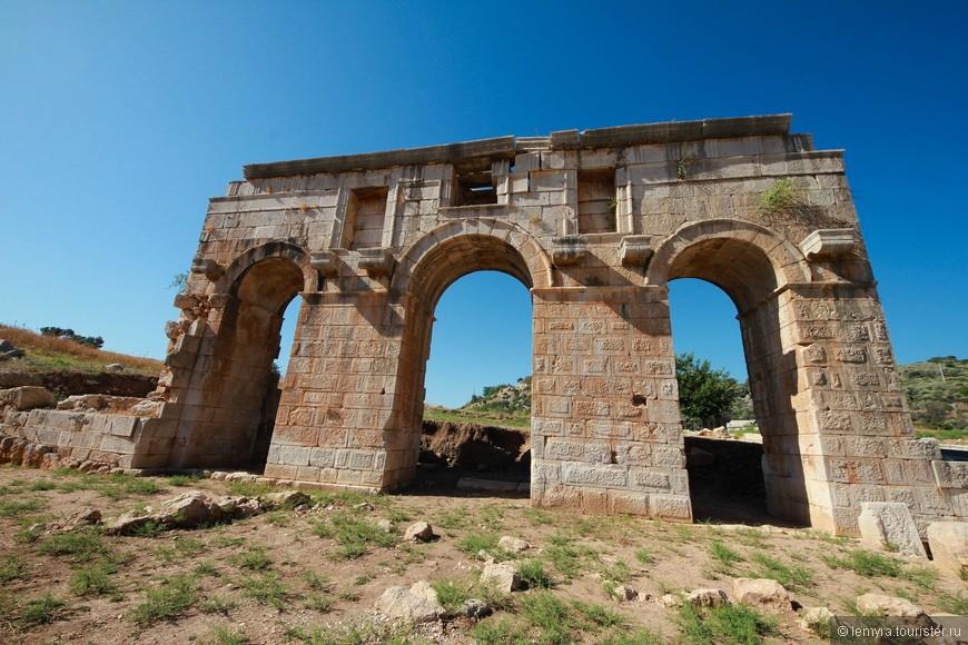 Вход в город отмечен 3 арками. На фото - Римская триумфальная арка Меттиджус Модестус, которую построили в 100 г. н.э. в честь римского прокуратора Ликии.