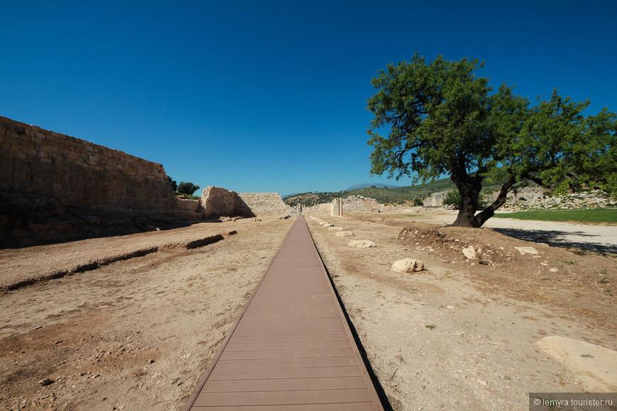 специально сделанные дорожки для тех, кто хочет прогуляться по руинам