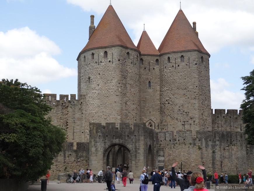 Вход в крепость через Нарбоннские ворота XIII века.