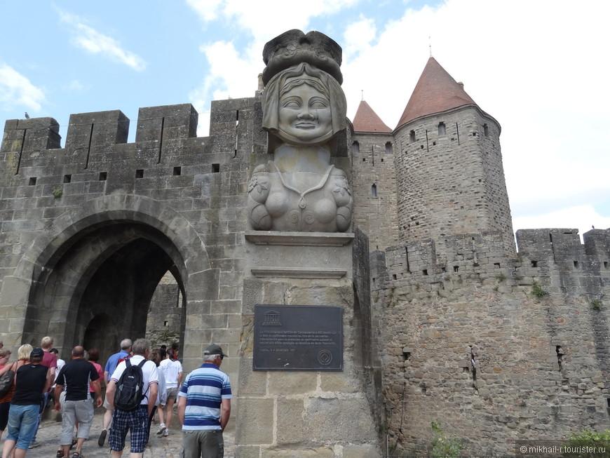 У входа в крепость всех встречает первая достопримечательность - дама Каркас, в честь которой, если верить  легенде, назван этот город. Здесь же указано, что крепость внесена в список всемирного наследия ЮНЕСКО.
