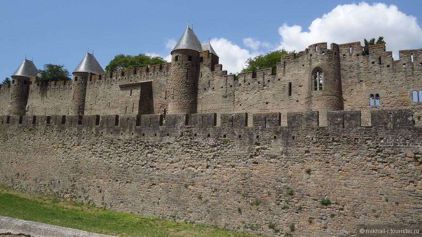 Старый город окружен двумя замкнутыми рядами неприступных крепостных стен, возведенных соответственно в V и XIII веках. Второй ряд стен достигает высоты 20 метров.