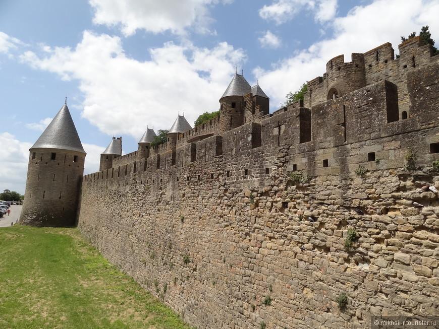 Круглая форма башен гарантирует максимальный обзор для обороняющих крепость. А  мощные двойные стены создают своеобразную ловушку для агрессоров.