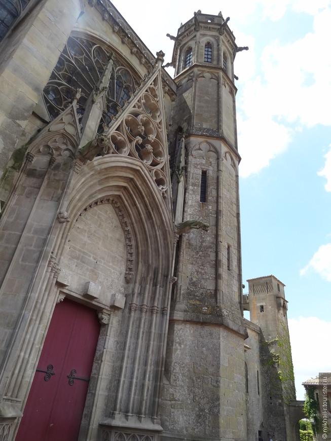 Одна из узких средневековых улочек приведет к готическому собору постройки XI -XIV веков -  Базилике Святого  Назария.