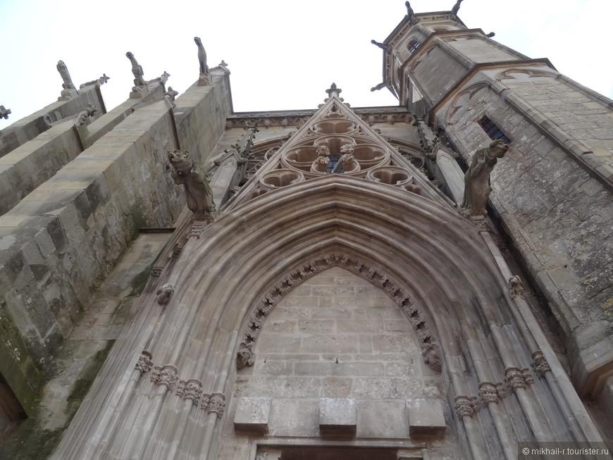 Со стен и башен собора во все стороны смотрят грозные горгульи.
