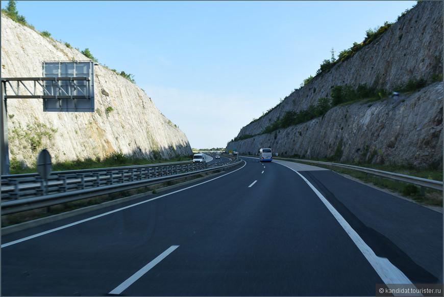 Как автолюбитель, как пассажир, да и как просто объективный и никем неангажированный человек должен признать, что в Словении не направления, как зачастую у нас, а Дороги. Я бы даже сказал, не просто дороги, а продуманная и четкая инфраструктура с развязками, тоннелями, мостами, виадуками...     Причем, хорошими являются не только основные (кстати, платные) автомагистрали, но и второстепенные дороги, соединяющие небольшие населенные пункты.