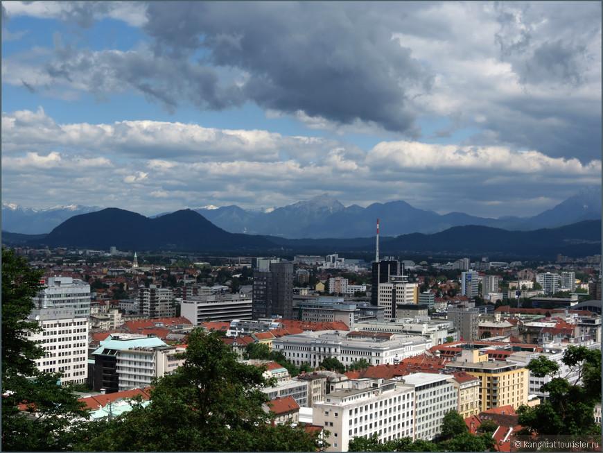 Это - столица страны Любляна с высоты смотровой площадки замка Люблянский Град. О других городах и населенных пунктах в комментариях к фотографиям  писать не буду, ибо в контексте данного альбома это не актуально. О конкретных городах постараюсь рассказать в других работах.