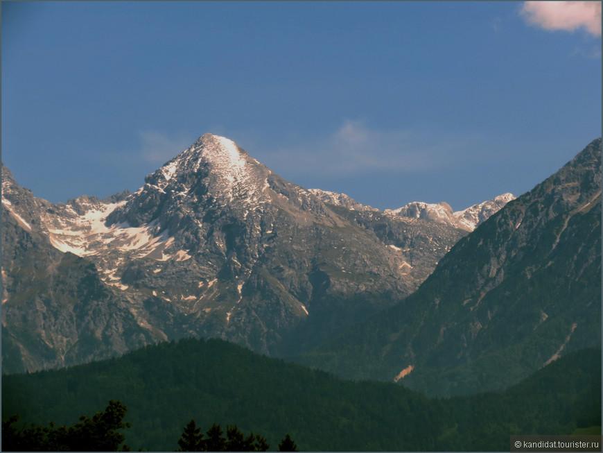 Есть горы (ведь место расположения Словении - Альпийско-Дунайский регион Центральной Европы) с самой высокой вершиной - Триглав (2864 м). Любители горнолыжного спорта знают о прекрасных трассах страны.
