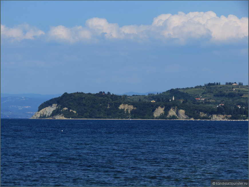 """И, наконец, в Словении есть море... Адриатическое море... Пиранский залив... К сожалению, по поводу Пиранского залива у Словении продолжаются разногласия с Хорватией. Ну об этом не здесь, ибо там все сложно. А здесь небольшое лирическое отступление. Водитель, который вез нас в отель, на мою реплику про 46 км словенского побережья сурово заметил: """"Не 46  км, а 46,6 км!"""".     К слову, вон там, на том берегу - Хорватия."""
