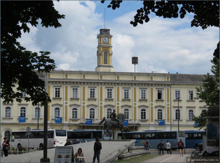 """Кроме маленького аэропорта и маленьких самолетов, в стране разветвленная сеть железных дорог, соединяющих Любляну с основными городами Словении и столицами соседних государств. Кстати, по-словенски  """"железная дорога"""" звучит очень миленько - """"железница"""". Просто песня какая-то."""