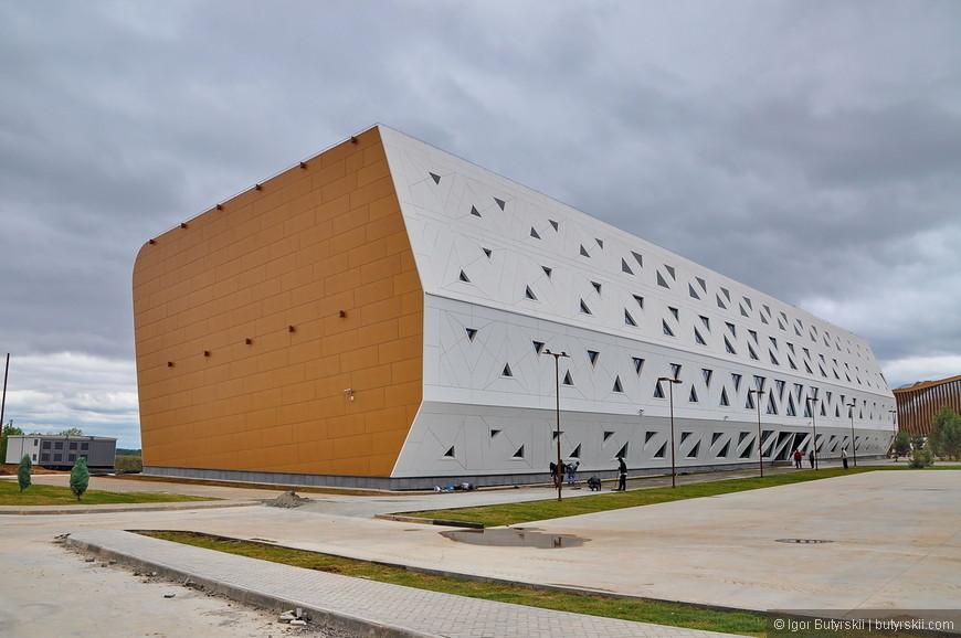 10. Здания выставочного комплекса, бизнес-инкубатора, университета, клиники уже закончены, также практически закончена первая очередь строительства жилой зоны вмещающая 4000 человек.