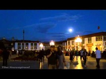 Полнолуние в праздник Сагадава в Лхасе, Тибет, 00:19