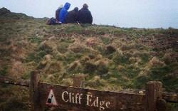 Пикник на краю скалы в Британии вызвал недовольство местных властей
