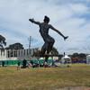 Удивительная скульптура женщины в одном из парков города