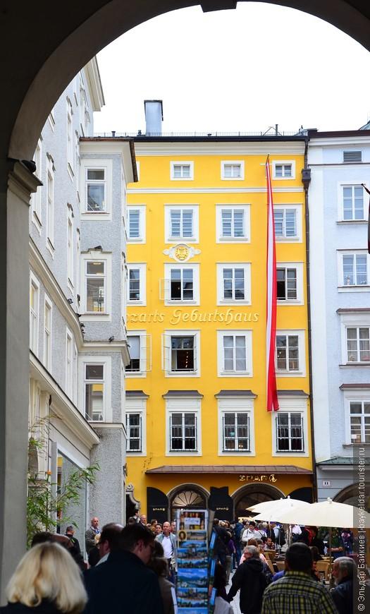 Большой интерес к городу вызывает композитор Вольфганг Моцарт, который именно здесь родился и прожил юношеские годы. В Зальцбурге память о великом композиторе хранят очень бережно. У любителей классической музыки огромный интерес вызывает Дом Моцарта, который находится на Макарплатц. В него семья музыканта поселилась в 1773 году. Дом музыканта еще называется Танцмейст семьи Моцартов, расположенная комната на втором этаже, постоянно позволяла устраивать встречи с друзьями и музыкантами. В этом доме частным гостем был самый известный актер, а также директор известного театра Эмануэль Шиканедер. В этом доме Моцарт прожил до 1780 года. Именно в окружении его стен композитором были написаны популярные серенады, дивертисменты, симфонии, фортепьянные и скрипичные концерты, мессы, арии, а также концерты для фагота и разные произведения церковной музыки. Именно здесь Моцарт сочинил начало своей оперы «Идоменео» и «Мнимая садовница». В этом же доме до свадьбы проживала его родная сестра и отец Леопольд до своей смерти.
