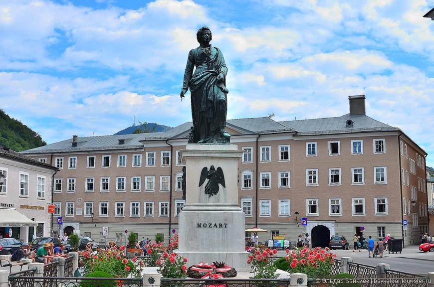 В Зальцбурге Моцарт провел большую часть своей жизни — он жил здесь в течение 25 лет. И именно этот период жизни гения можно назвать наиболее плодотворным — в эти годы Моцарт создал большую часть своего обширного музыкального наследия, почти все симфонии, множество концертов, а также несколько опер.  Неподалеку от городской набережной расположена площадь Моцарта, главной достопримечательностью которой является внушительный памятник маэстро. Автором памятника был известный в те времена австрийский скульптор Людвиг фон Шванталер. Статуя была изготовлена и установлена на площади в центре города в 1842 году в присутствии сыновей Моцарта. С тех пор она стала одним из главных символов Зальцбурга.»