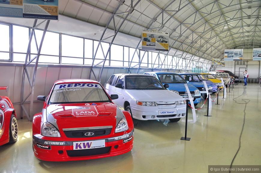 02. Экспозиция машин расположилась в два ряда. Практически все машины эксклюзивны и созданы в единичных экземплярах.
