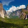 Йосемитская долина, на которой разбросаны гранитные пики, включая известные скалы Эль-Капитан, Халф-Доум и Маунт Лайел