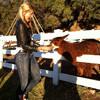 Весёлое кормление животных на ранчо