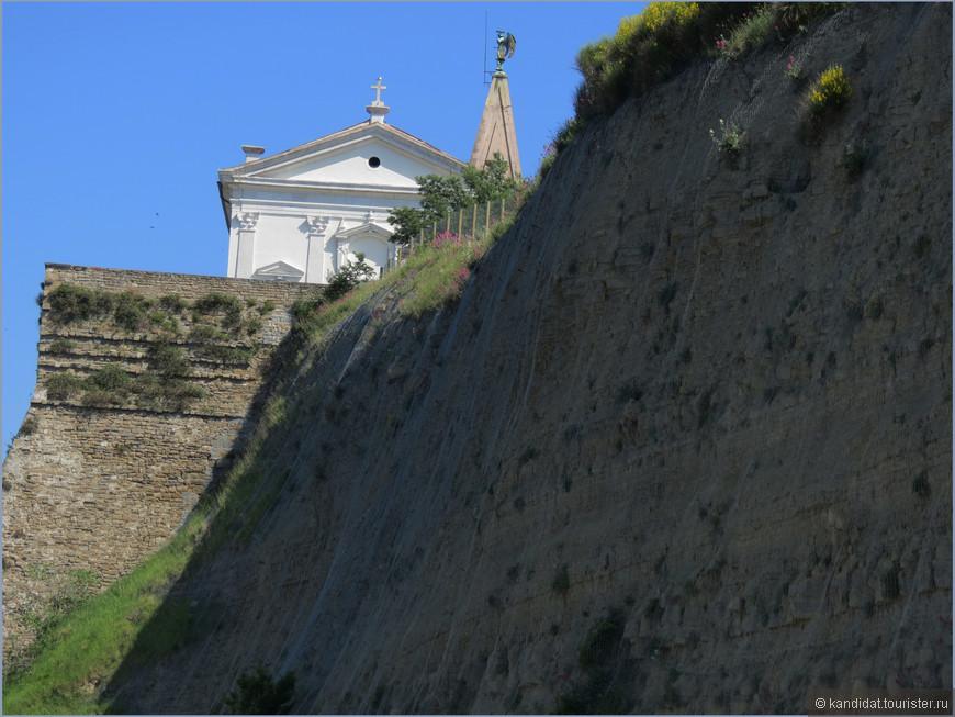 Мыс Мадонны ( на нем часть стены) представляет особый интерес для гео-морфологии.