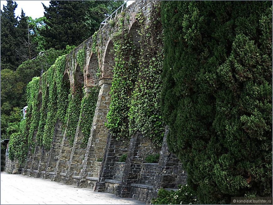 Во-вторых, некоторые фрагменты стены вполне органично вписались в современную архитектуру города.