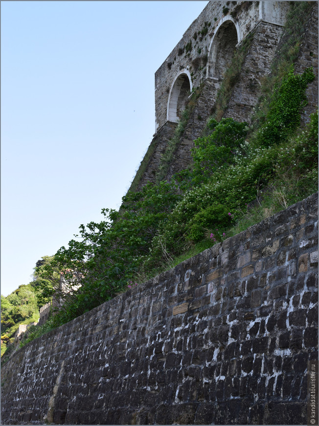 Во-первых, как собственно крепостная стена, особенно со стороны моря.