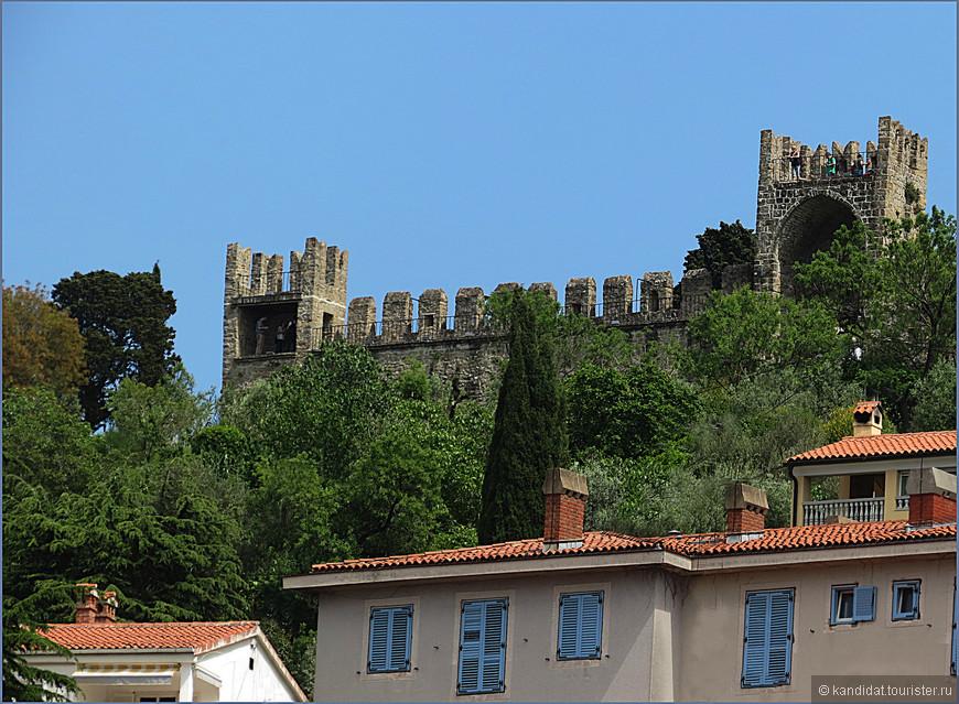 Самой интересной достопримечательностью Пирана  является крепостная стена, фрагменты которой выступают сегодня в трех ипостасях.