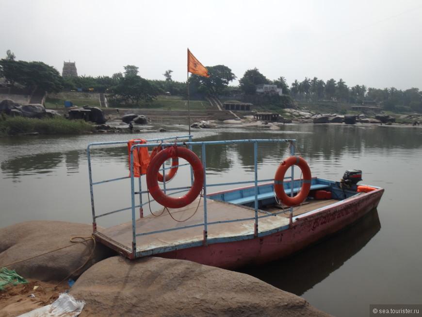 далее нас ждал местный паром - лодка, перевозящая желающих на другой берег