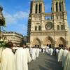 Крестный ход к собору Парижской Богоматери.