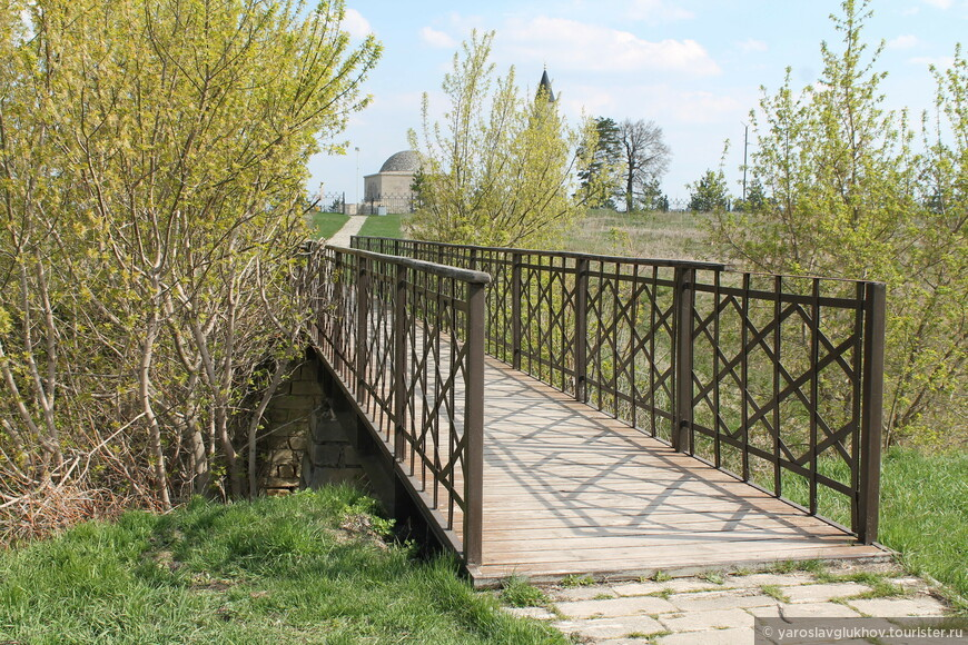 По такому мостику мы подходим к Малому Городищу. На пути к Малому минарету и Ханской усыпальнице встречаются несколько таких мостиков, которые перекинуты через небольшие овраги.