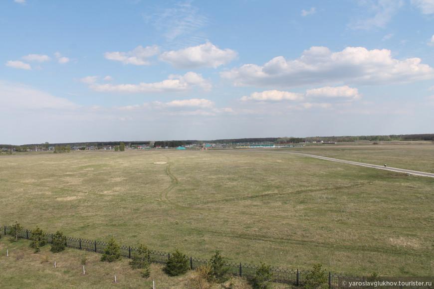 Территория Болгарского заповедника. На заднем плане видны Западные ворота. Мы осматривали окрестности в бинокль — так намного интересней и эффектней.