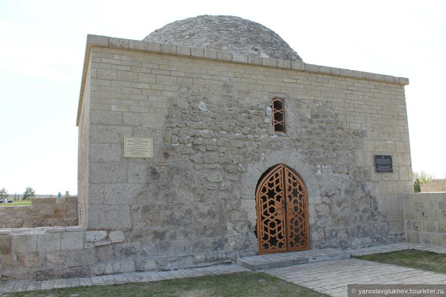 Ханская усыпальница была построена в XIV веке, её внешний вид схож с Северным и Восточным мавлозеями, которые находятся в Большом Городище.
