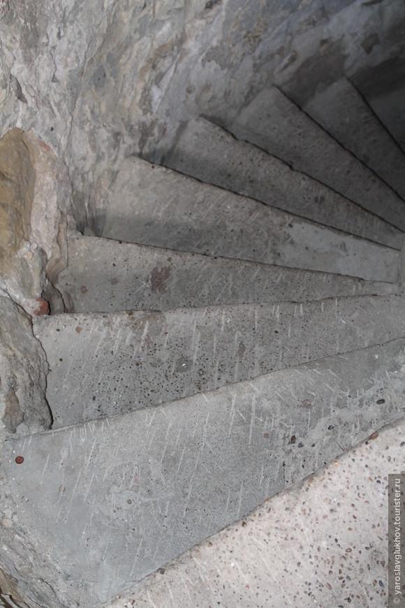 Ступеньки, ведущие наверх Малого минарета. Всего их 45 штук.